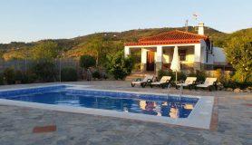 Vista piscina y Casa Rural el Villar